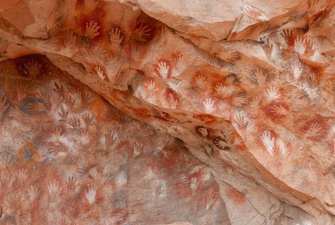 Thông điệp bí ẩn từ những bức họa 9000 năm tuổi toàn dấu in bàn tay trong hang động này - 4
