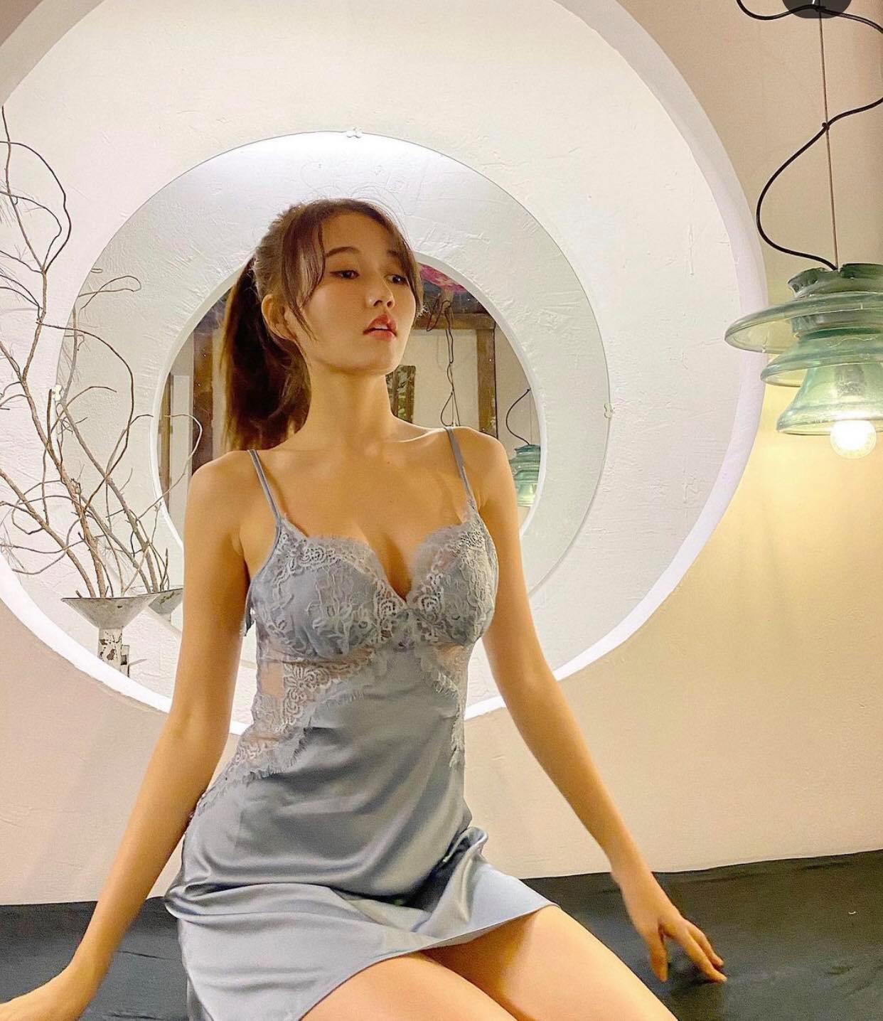 """Khéo mặc váy ngủ gợi cảm như người đẹp được Trường Giang khen là """"thần đồng"""" - 1"""