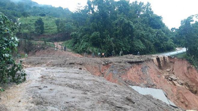 VIDEO: Băng rừng vào cứu nạn 20 cán bộ, chiến sĩ thuộc sư đoàn 337 nghi bị vùi lấp - 4