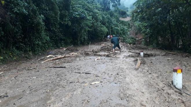 VIDEO: Băng rừng vào cứu nạn 20 cán bộ, chiến sĩ thuộc sư đoàn 337 nghi bị vùi lấp - 3