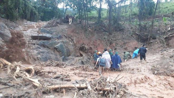 VIDEO: Băng rừng vào cứu nạn 20 cán bộ, chiến sĩ thuộc sư đoàn 337 nghi bị vùi lấp - 6