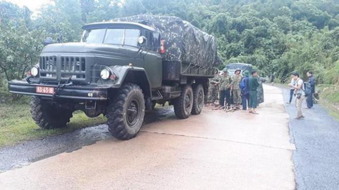 VIDEO: Băng rừng vào cứu nạn 20 cán bộ, chiến sĩ thuộc sư đoàn 337 nghi bị vùi lấp - 9