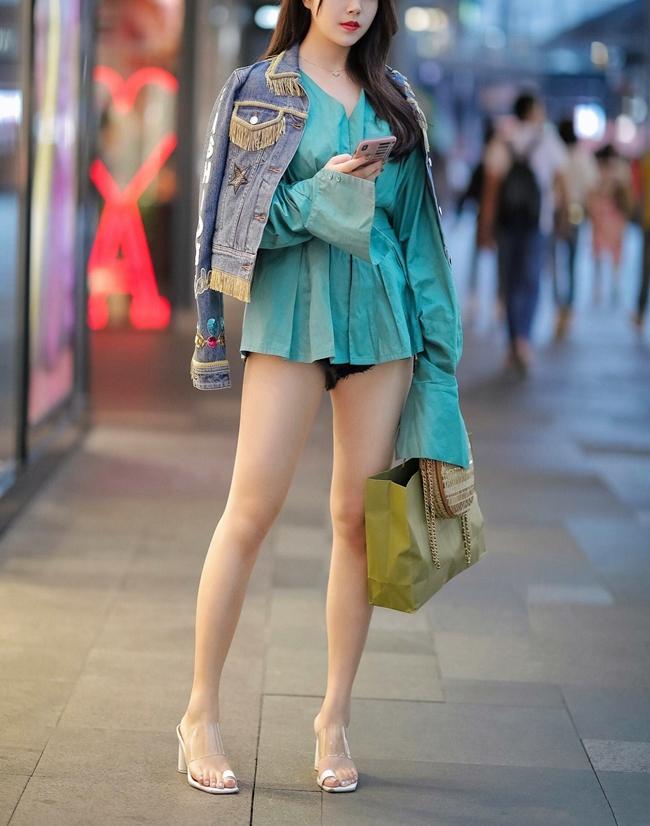 Kiểu diện đồ theo mốt giấu quần hiện tại không phải là xu hướng lạ mà đã trở nên vô cùng phổ biến.