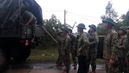 VIDEO: Băng rừng vào cứu nạn 20 cán bộ, chiến sĩ thuộc sư đoàn 337 nghi bị vùi lấp - 10