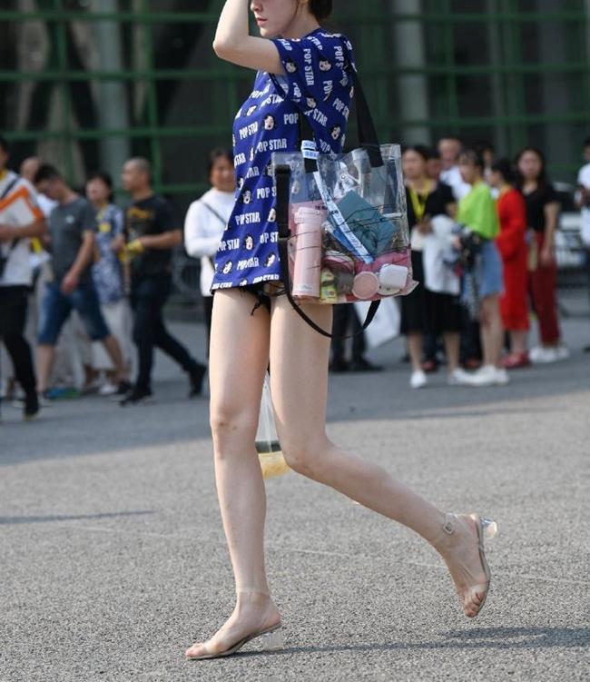 Người mặc sẽ kết hợp trang phục dáng dài với quần ngắn sao cho áo che quần tạo cảm giác có như không.