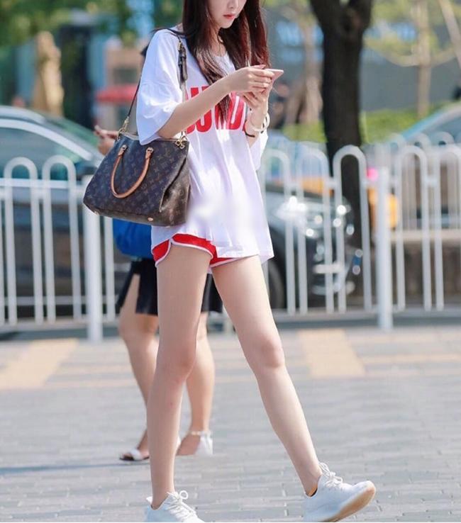 Đầu tiên bạn nên cân nhắc về độ dài, không nên chọn trang phục quá ngắn, nhất là khi di chuyển, bị co lên dễ hớ hênh.