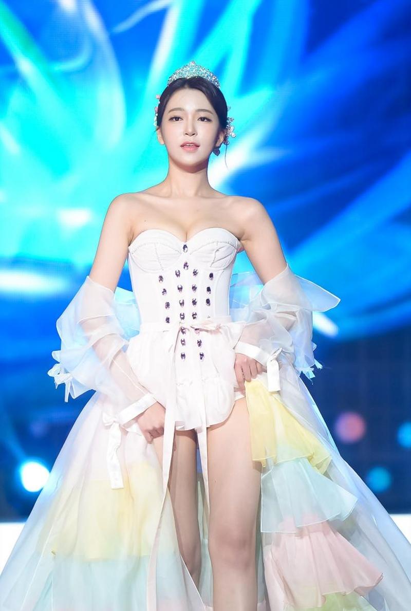 Nữ MC Hàn từng thi hoa hậu gây shock vì mặc hanbok như nội y ngoài đời ăn diện ra sao? - 4