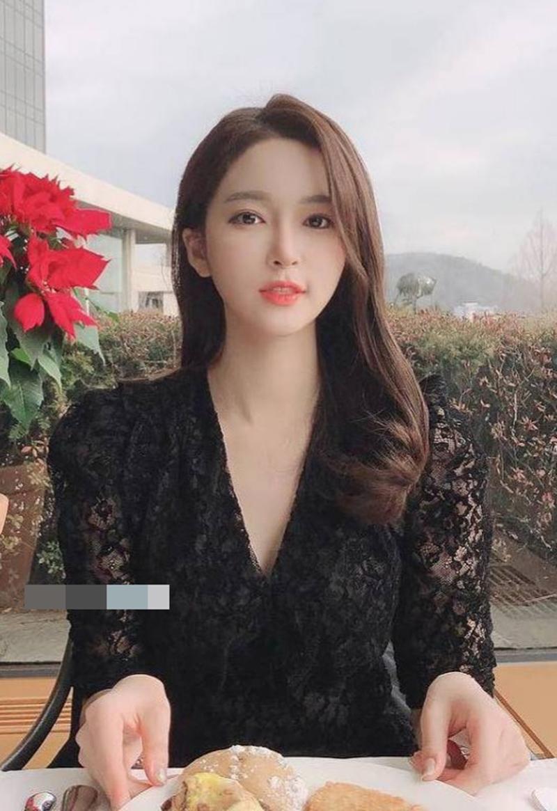 Nữ MC Hàn từng thi hoa hậu gây shock vì mặc hanbok như nội y ngoài đời ăn diện ra sao? - 10