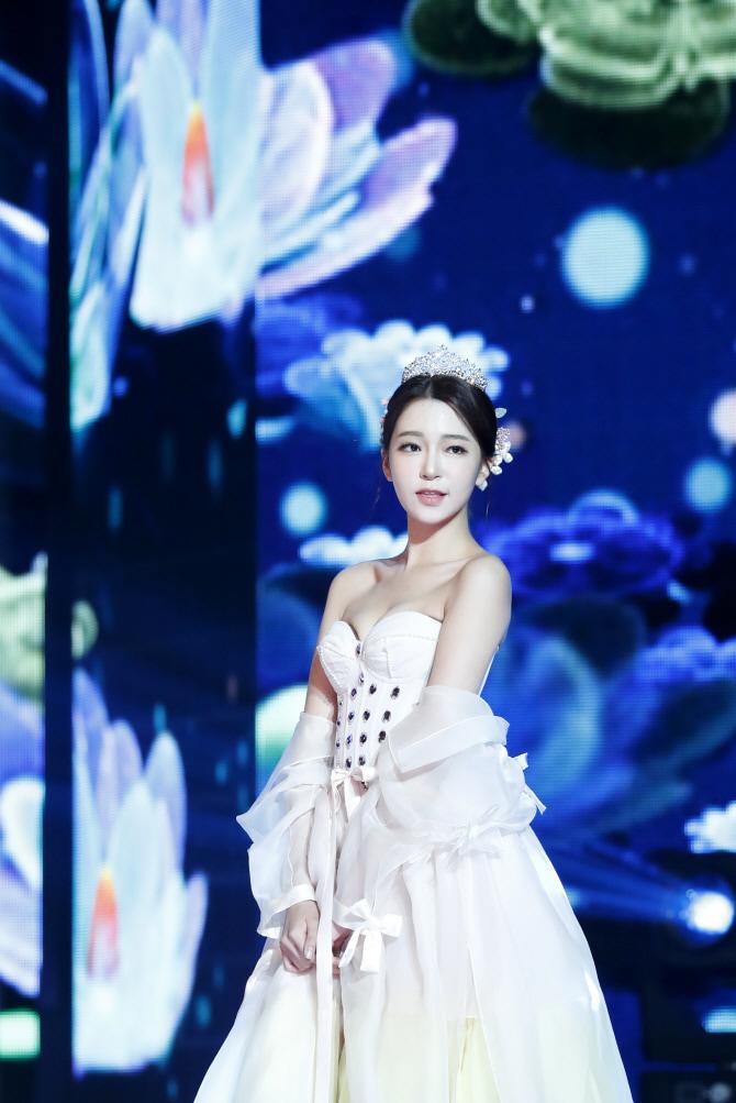 Nữ MC Hàn từng thi hoa hậu gây shock vì mặc hanbok như nội y ngoài đời ăn diện ra sao? - 2