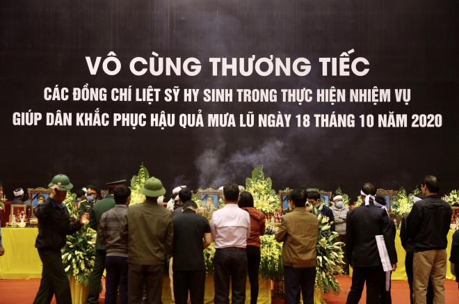 Hình ảnh trực tiếp lễ viếng, truy điệu 22 cán bộ, chiến sĩ bị vùi lấp ở Quảng Trị - 4