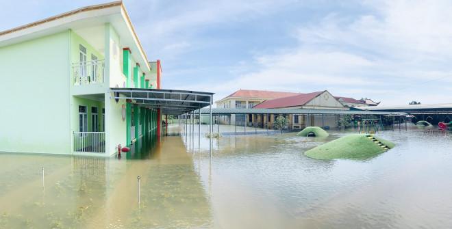 Lũ rút, giáo viên lội nước cao nửa mét vào trường mò tìm sách cho trò - 1