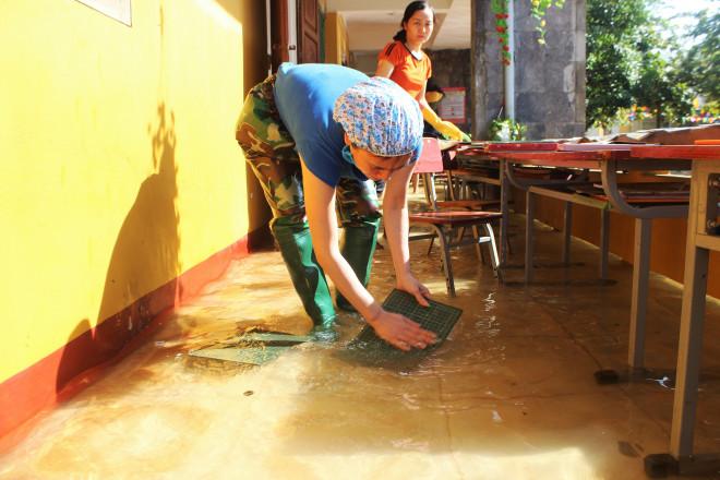Lũ rút, giáo viên lội nước cao nửa mét vào trường mò tìm sách cho trò - 9