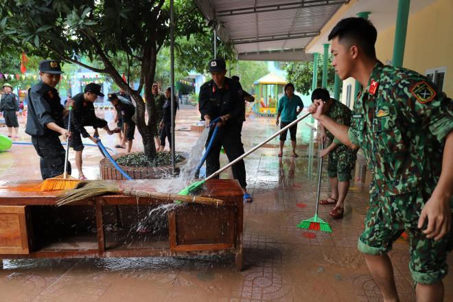 Lũ rút, giáo viên lội nước cao nửa mét vào trường mò tìm sách cho trò - 14