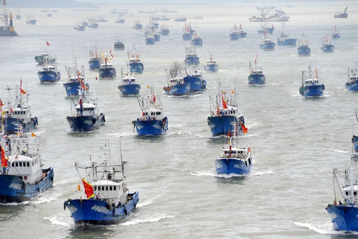 Hàng nghìn tàu cá TQ xuất hiện ở vùng biển Nhật Bản, Bắc Kinh lại nắn gân Thủ tướng Suga?
