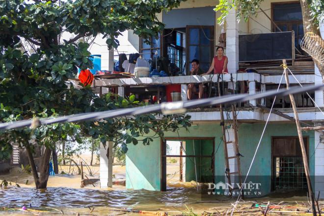 Nhà chung có 30 người mắc kẹt trong rốn lũ Quảng Bình vỡ òa khi có đoàn tiếp tế - 1