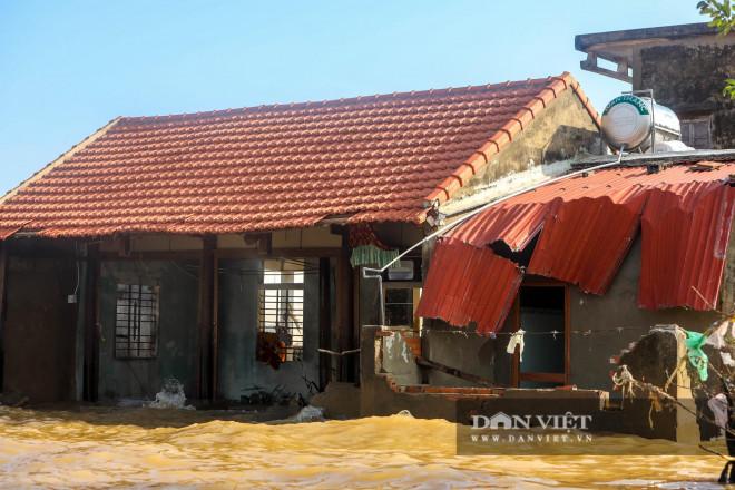 Nhà chung có 30 người mắc kẹt trong rốn lũ Quảng Bình vỡ òa khi có đoàn tiếp tế - 2