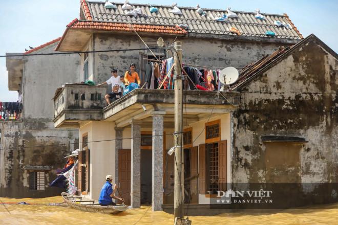 Nhà chung có 30 người mắc kẹt trong rốn lũ Quảng Bình vỡ òa khi có đoàn tiếp tế - 3