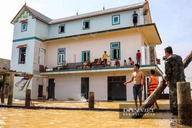 Nhà chung có 30 người mắc kẹt trong rốn lũ Quảng Bình vỡ òa khi có đoàn tiếp tế - 6