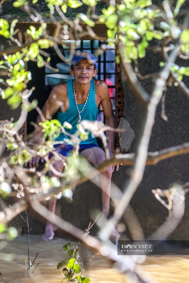 Nhà chung có 30 người mắc kẹt trong rốn lũ Quảng Bình vỡ òa khi có đoàn tiếp tế - 5