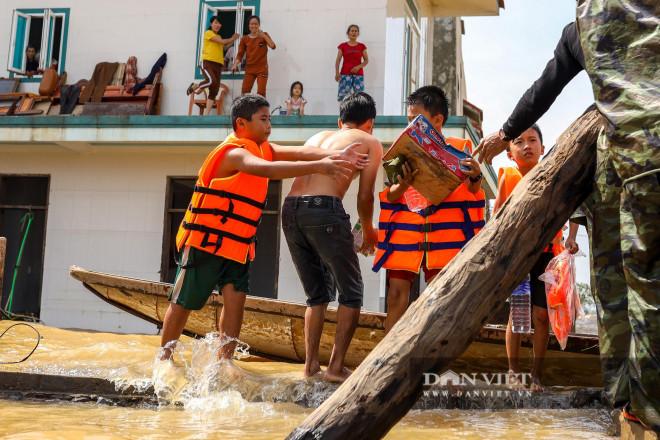 Nhà chung có 30 người mắc kẹt trong rốn lũ Quảng Bình vỡ òa khi có đoàn tiếp tế - 8