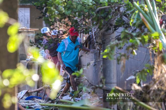 Nhà chung có 30 người mắc kẹt trong rốn lũ Quảng Bình vỡ òa khi có đoàn tiếp tế - 12