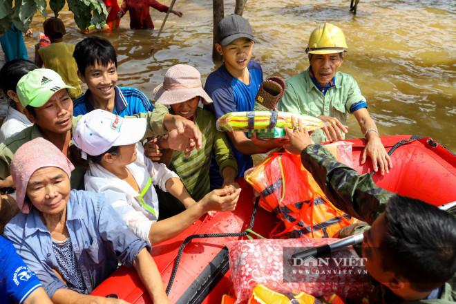 Nhà chung có 30 người mắc kẹt trong rốn lũ Quảng Bình vỡ òa khi có đoàn tiếp tế - 14