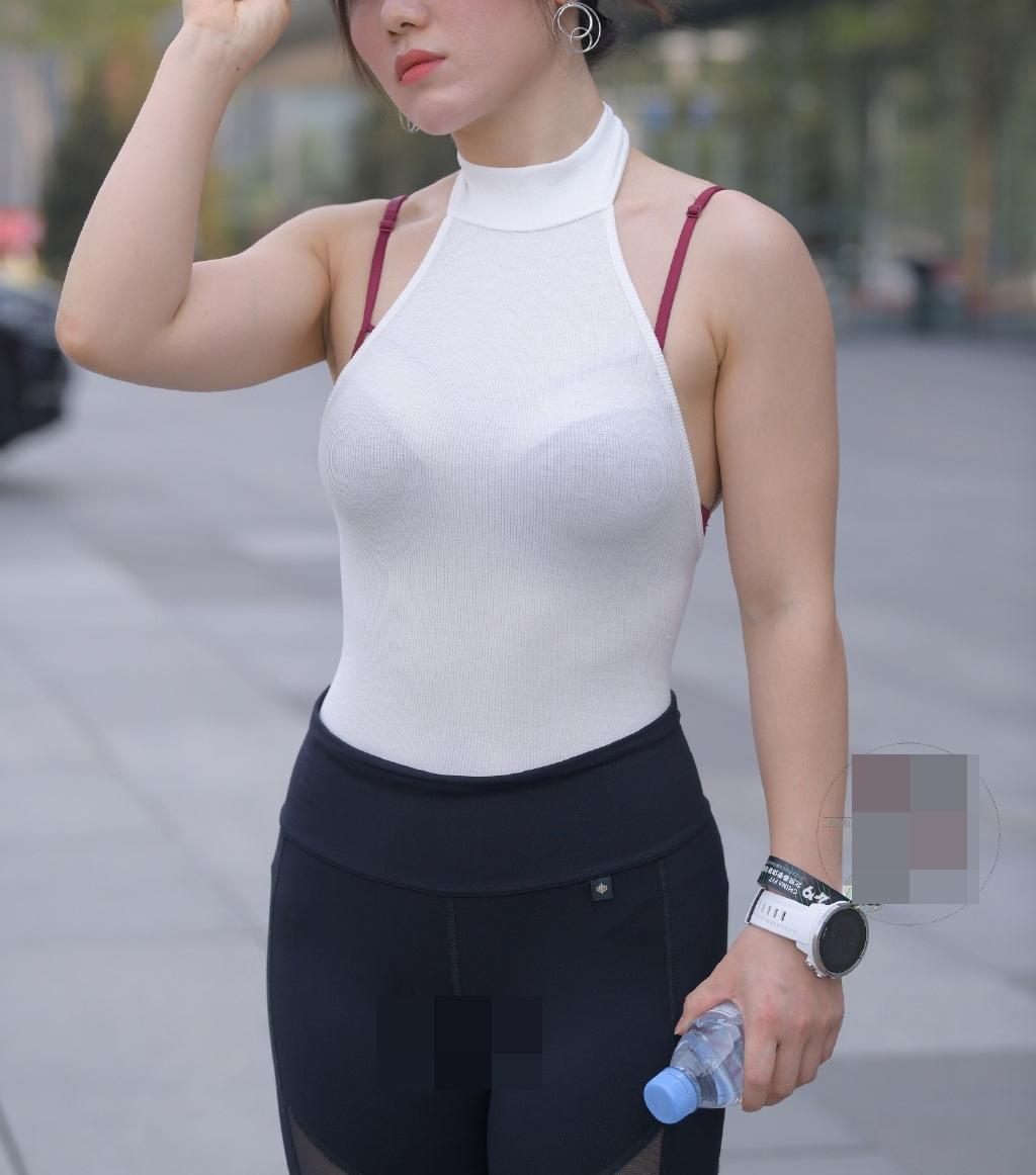 Diện 1 bộ đồ thảm hoạ thời trang, cô gái Trung Quốc trở thành tâm điểm xấu xí trên phố - 1