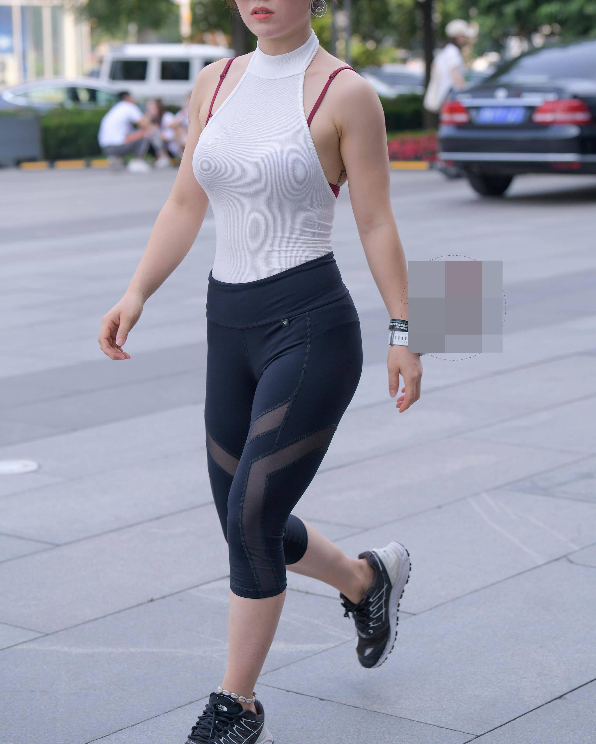 Diện 1 bộ đồ thảm hoạ thời trang, cô gái Trung Quốc trở thành tâm điểm xấu xí trên phố - 3