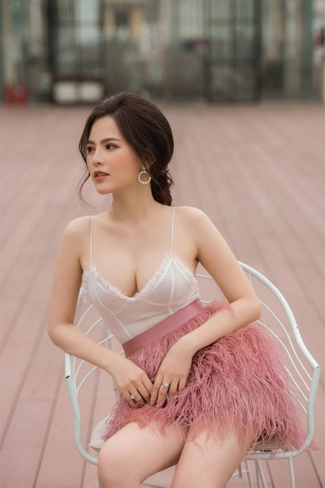 """""""Thánh nữ"""" Phi Huyền Trang mặc trễ tràng, khoe vòng 1 gợi cảm mê hồn - 3"""