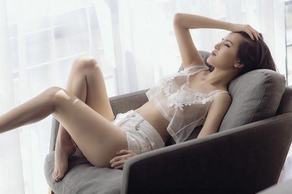 """""""Thánh nữ"""" Phi Huyền Trang mặc trễ tràng, khoe vòng 1 gợi cảm mê hồn - 8"""