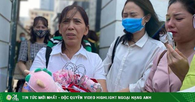 Nước mắt bà ngoại trong phiên toà xét xử mẹ và cha dượng bạo hành con đến tử vong