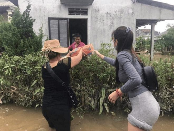 """Lùm xùm chuyện váy áo của sao Việt khi đi làm từ thiện: Mặc thế nào để đỡ bị """"ném đá""""? - 2"""