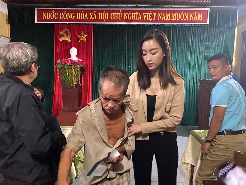 """Lùm xùm chuyện váy áo của sao Việt khi đi làm từ thiện: Mặc thế nào để đỡ bị """"ném đá""""? - 12"""