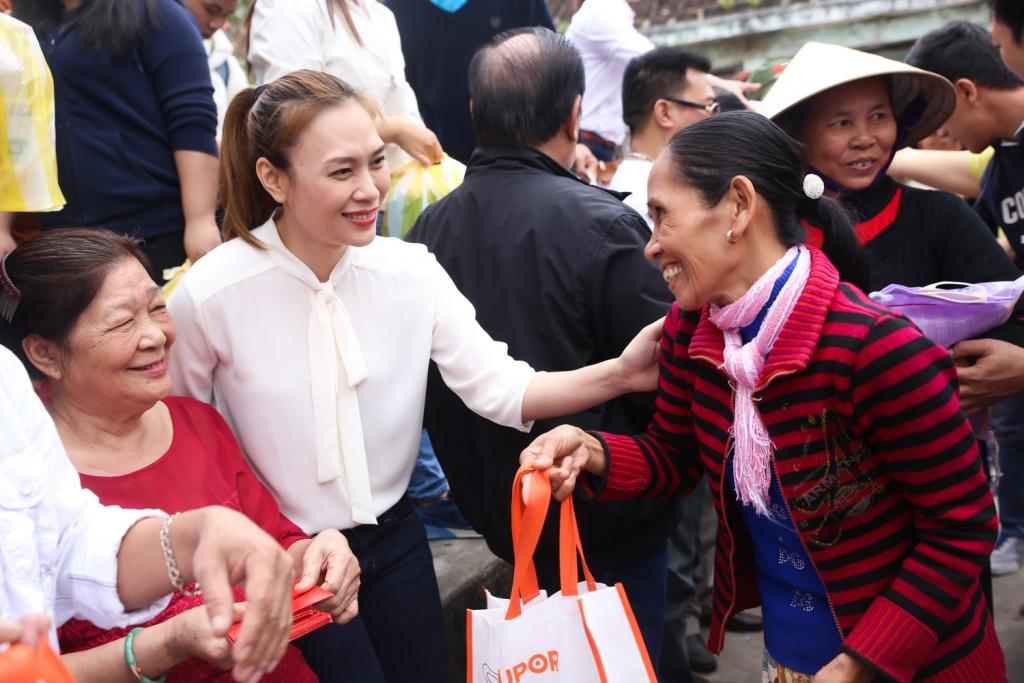 """Lùm xùm chuyện váy áo của sao Việt khi đi làm từ thiện: Mặc thế nào để đỡ bị """"ném đá""""? - 13"""