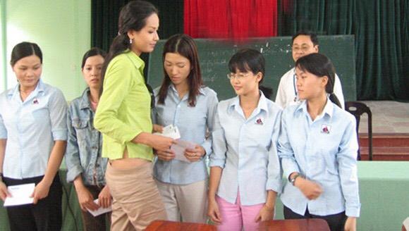 """Lùm xùm chuyện váy áo của sao Việt khi đi làm từ thiện: Mặc thế nào để đỡ bị """"ném đá""""? - 3"""