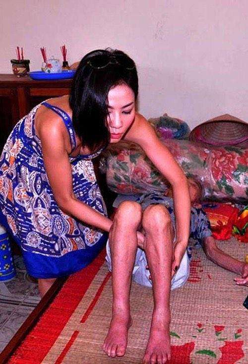 """Lùm xùm chuyện váy áo của sao Việt khi đi làm từ thiện: Mặc thế nào để đỡ bị """"ném đá""""? - 4"""
