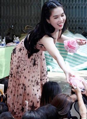 """Lùm xùm chuyện váy áo của sao Việt khi đi làm từ thiện: Mặc thế nào để đỡ bị """"ném đá""""? - 5"""