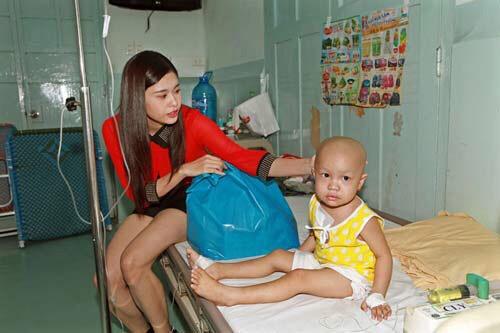 """Lùm xùm chuyện váy áo của sao Việt khi đi làm từ thiện: Mặc thế nào để đỡ bị """"ném đá""""? - 6"""