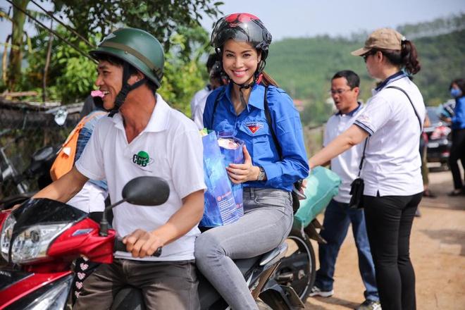 """Lùm xùm chuyện váy áo của sao Việt khi đi làm từ thiện: Mặc thế nào để đỡ bị """"ném đá""""? - 9"""