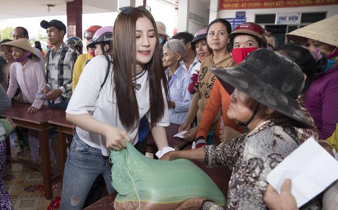 """Lùm xùm chuyện váy áo của sao Việt khi đi làm từ thiện: Mặc thế nào để đỡ bị """"ném đá""""? - 1"""