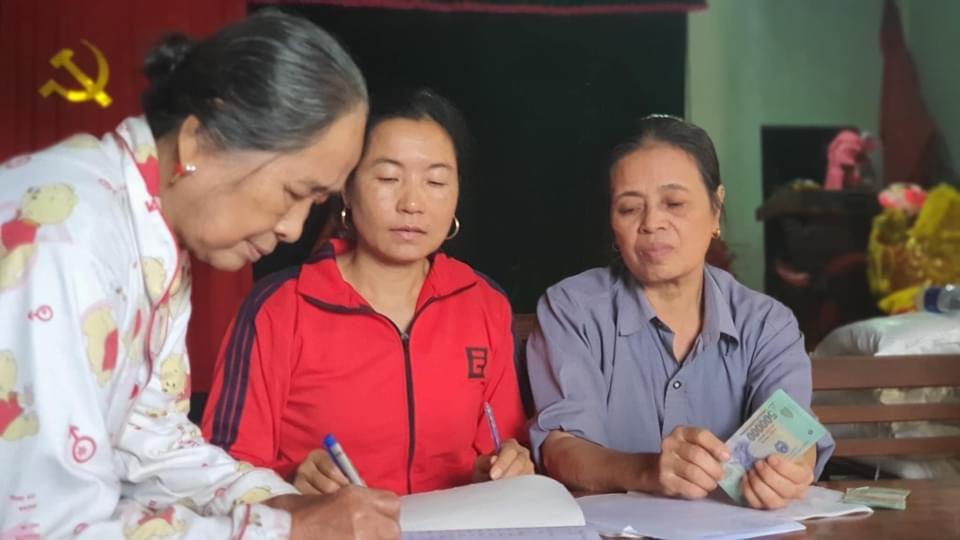 Cán bộ thôn thu lại tiền Thủy Tiên trao cho dân, UBND huyện yêu cầu trả ngay - 1