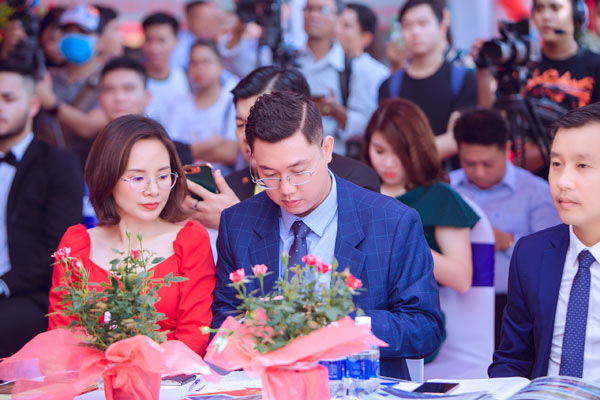 Doanh nhân Nguyễn Thiện Khải liên tục thể hiện tình cảm với vợ khiến nhiều người ngưỡng mộ - 2