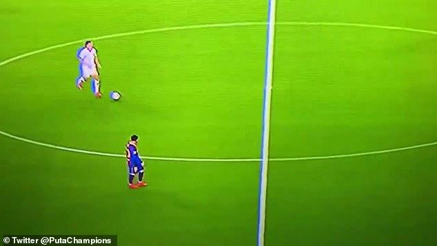 Messi đi bộ nhìn đối thủ tấn công, triệu fan chê trách so sánh với Ronaldo - 1