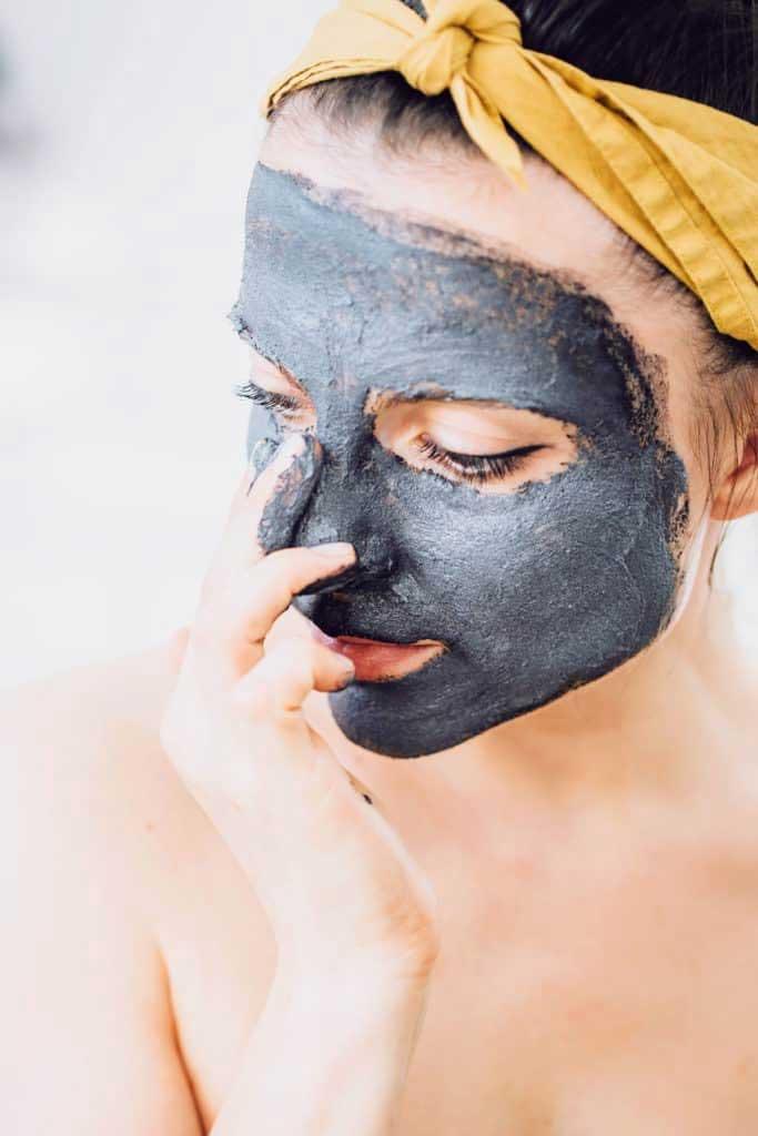 Cách tự làm mặt nạ than hoạt tính tại nhà giúp da trắng hơn sau 3 tuần - 1