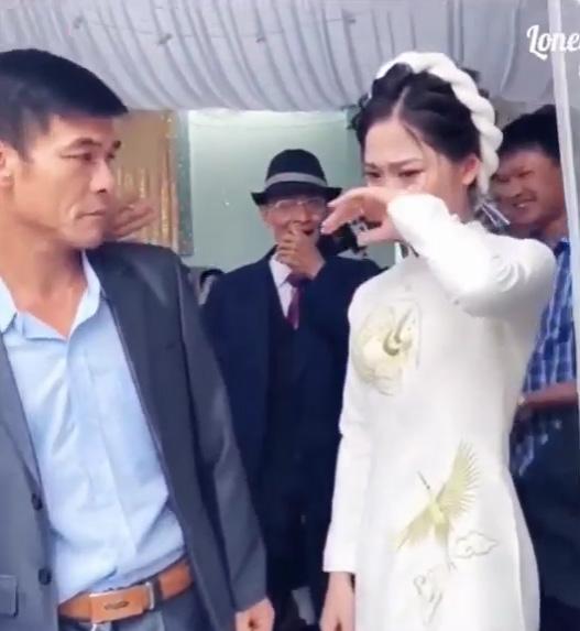 Cô dâu mè nheo đòi bố ở lại sau đám cưới, ông bố nói một câu khiến cả hôn trường bật cười - 3