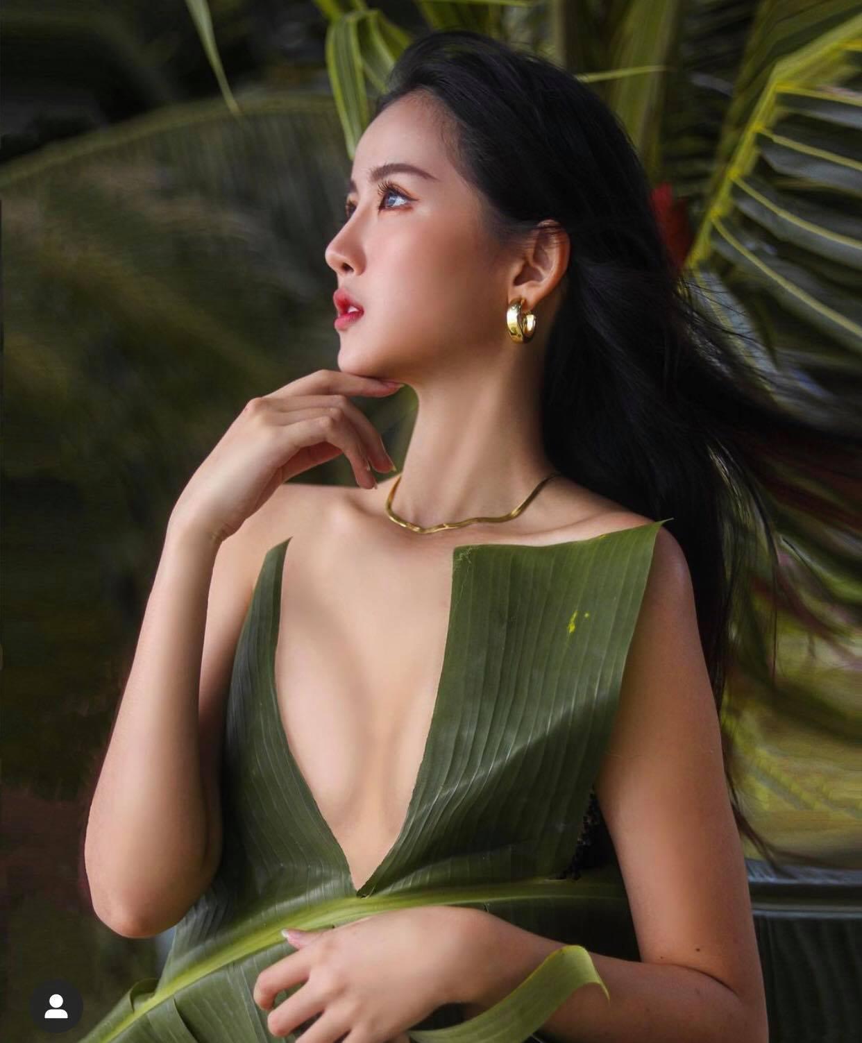 Mỹ nhân châu Á dùng lá chuối làm áo ngực, đẹp ảo diệu mà không phô