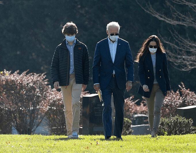 Cháu trai Joe Biden tuổi 14 điển trai, cao 1m8 nhưng dân mạng vẫn mê quý tử của ông Trump - hình ảnh 2