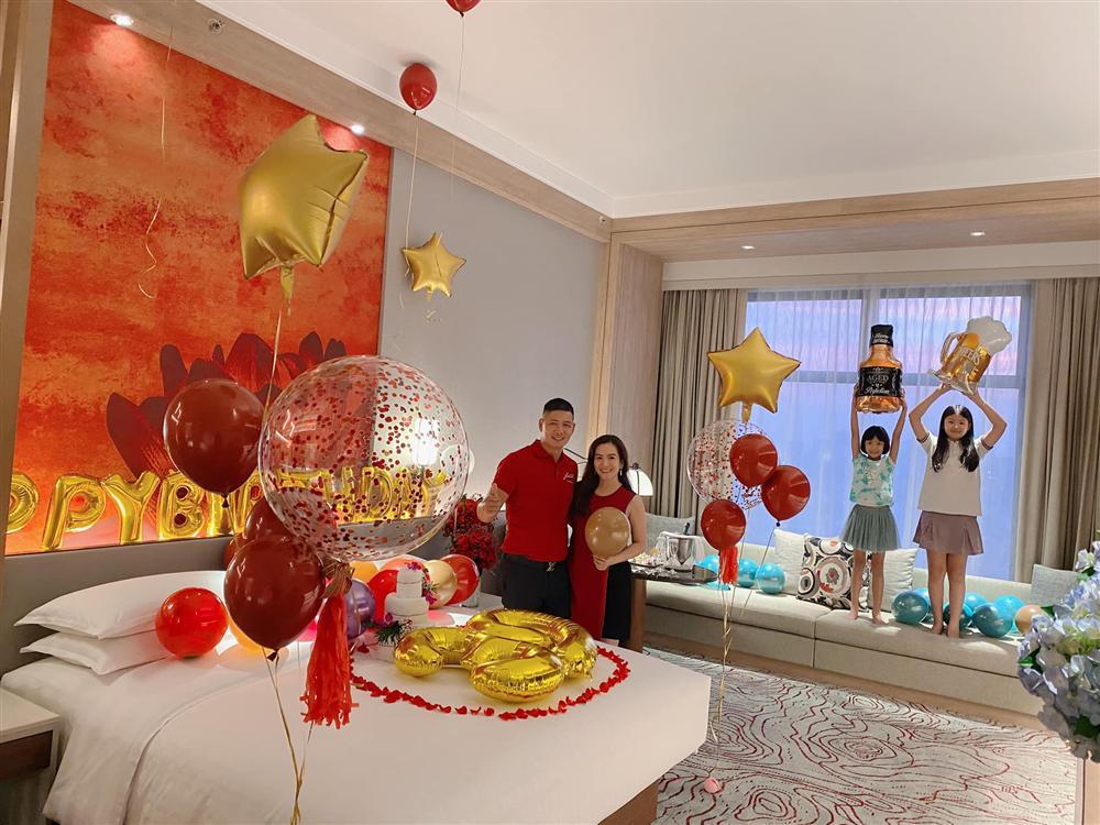 """Vợ đại gia hơn 4 tuổi của Bình Minh """"chơi lớn"""", thuê phòng khách sạn sang chảnh để làm điều bất ngờ - hình ảnh 3"""