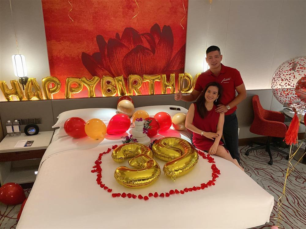 """Vợ đại gia hơn 4 tuổi của Bình Minh """"chơi lớn"""", thuê phòng khách sạn sang chảnh để làm điều bất ngờ - hình ảnh 4"""