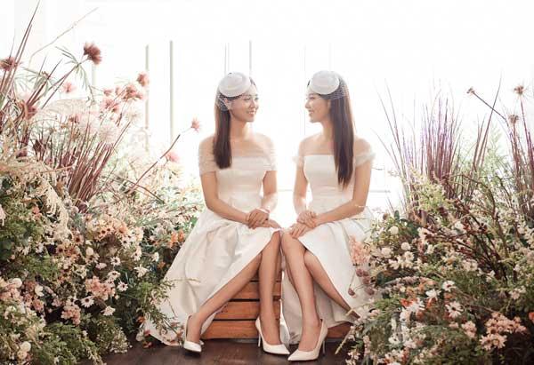 Á hậu Thụy Vân và bạn gái nghệ sĩ Công Lý lộng lẫy trong váy cưới - hình ảnh 2